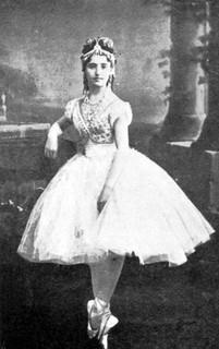 図版5ボザッキCoppelia_-Swanilda_-Giuseppina_Bozzachi_-Act_I-Scene_2_-Paris_-1870_-2.JPG